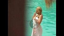 Topless de Matilde Bonasera en piscina