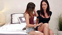 Lick my best friend's mommy's pussy! - Angela Sommers, Kristen Scott Vorschaubild