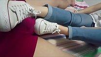 Cô gái châu Á footjob converse trắng