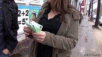 Teen auf der Strasse angesprochen und fuer Geld gefickt