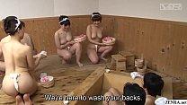 สามหนุ่มไปอาบน้ำแล้วมาสาวๆแก้ผ้ามาถูหลังให้งานนี้เสียวสุดๆไปเลย