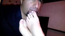 Lambendo pés de uma paulista