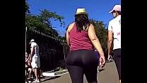 latina mega butt walking in SPANDEX Vorschaubild