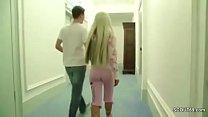 Pornostar fickt mit Fan direkt nach der Messe und filmt es