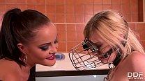Watch dominatrix Dolly Diore humiliate blondie Carly Rae in the bathtub Vorschaubild