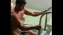 Pauzudo na piscina