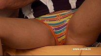 Мужик мастурбирует на порнуху видео