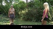 Сеньор засандалил клухе между сисек