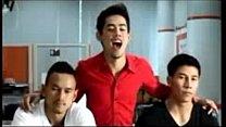 นวดเกย์สามหนุ่มเอเชียเล่นเสียวกันในห้องรับแขกจับเย็ดบนเก้าอี้เลย