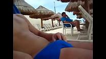 Enseñando pene en la playa.