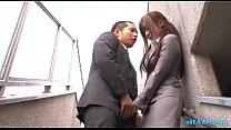 Büro-Dame Giving Blowjob Für Kerl Cum Zu Mund Spucken Semen To Palm Außerhalb O