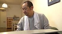 जापानी व्यक्ति ने सराय की परिचारिका से बलात्कार किया thumbnail