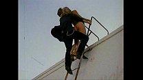 Блондинка на крыше дома фильм порно