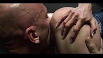 Горячая красотка мастурбирует себе на камеру