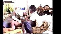 Две блондинки развлекаются с черным мужчиной, обладателем длинного шланга