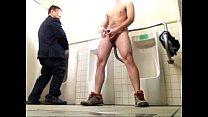 ดูหนังโป๊เกย์หนุ่มเล่นชักว่าวในห้องน้ำ เสร็จแล้วเพื่อนเข้ามาเลยชวนโม็คควยเงี่ยนกระจาย