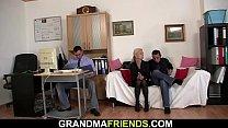 Old skinny blonde granny double penetration Vorschaubild