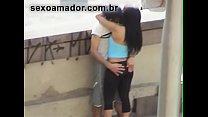 Vídeo amador flagra rapaz dando dedada na namor... thumb