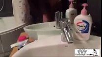 在浴室后入上海车模李雅 她还主动拿手机帮我拍摄