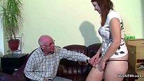 Opa bekommt seine Stief Enkelin zum Fick wenn E...