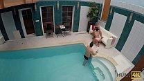 HUNT4K. Aventuras sexuales en una piscina privada Vorschaubild