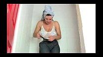 Coroa gostosa no banho na siririca com muito te...