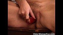 Mature mom with saggy tits works her hairy pussy Vorschaubild