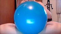 Giovane ragazza gioca con grandi palloncini e g... thumb