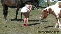 Kioki en couche avec les chevaux CLIP thumbnail