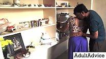 Desi Bhabhi Sex | पड़ोसी युवा लड़के नवीनतम रसोई रोमांस के साथ सुंदर पत्नी रोमांस Thumbnail