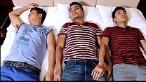 คลิปโปเกย์สามหนุ่มนอนเสร็จแล้วลุกมากระเด้า ควยใหญ่เย็ดตูดกันได้อย่างเสียวมาก