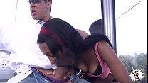 Negra chupándola en público - Black girl wild blowjob