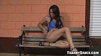 Sexy Brunette Tranny Hottie Spielt Mit Ihrer Schwanz