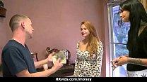 Девушка в трусиках перед камерой раздвигает ноги