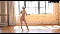 Emma Jomell an incredibly beautiful gymnast shows her flexibility. صورة