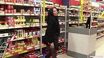 mulher enfia plug no cu dentro do supermercado Preview