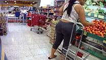 Screenshot Booty voyeur Ma dura culona comprando pepinos prando pepinos