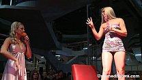 Смотреть порно ролики толпа на одну блондинку