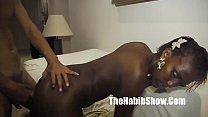 Темнокожая спортсменка мастурбирует