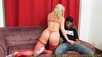 Putas gostosas com uma loirona do porno brasileiro caindo de boca na piroca de um negão bem dotado e devorando ela todinha