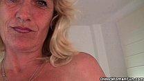Oma Terry Ruft Ihre Harten Nippel Kniff