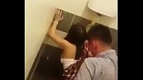 Me la cogí en el baño mientras grababan xD pornhub video