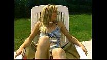 Lesbienne qui se fistent au bord de la piscine