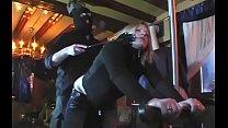 Девушка раздевается и мастурбирует перед камерой