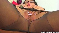 British milf Raven tweaks her tights for easy access Vorschaubild