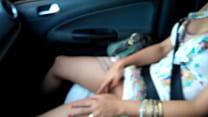 Esposa siririqueira! Batendo uma siririca no trânsito. صورة