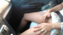 Esposa siririqueira! Batendo uma siririca no trânsito.