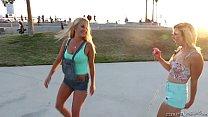 Fodas gostosas com duas lindas loirinhas que são lesbicas se atraindo no fim de tarde em um lindo por do sol