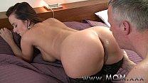 MOM Horny Brunette loves getting dirty Vorschaubild