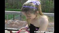 Девушки на корточках писиет в посуду
